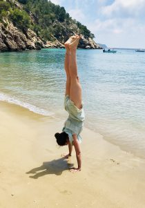 Glück für mich: Handstand am Strand